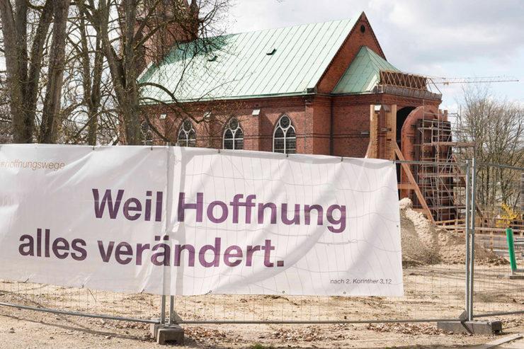 Weil Hoffnung verbindet - Transparent am Bauzau vor der Kirche