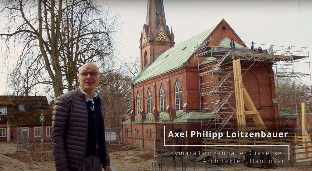 Der Architekt Axel Philipp Loitzenbauer vor der Kirche